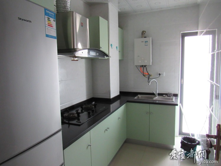 厨房设施齐全,天然气和冰箱都有