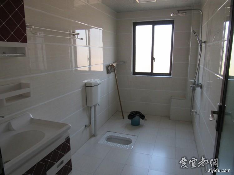 洗手间设施也很全,大喷头浴霸都有