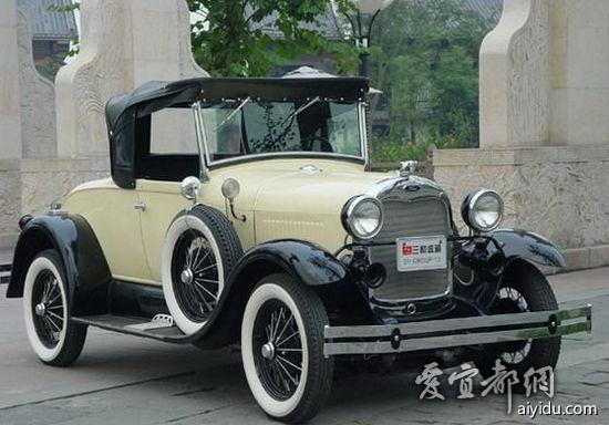 1925年在T型车基础上打造的皮卡 福特汽车公司是世界上最大的卡车制造商,早在1900年,亨利輠祹制造的第3辆汽车就是一部卡车。1917年亨利輠祹推出了T型卡车底盘,这是第一种专门为卡车设计的底盘。此后,福特一直没有停止对卡车的开发和设计。 1948年福特F系列皮卡 到2002年底,F系列的累计销量已达到2,750万辆,超过了福特的T型车和大众的甲壳虫汽车,成为汽车史上最畅销的车型。 1950年水星(Mercury) 1938年福特汽车公司推出水星品牌,进军中档车市场。当时的水星配备了强劲的95马力,V-