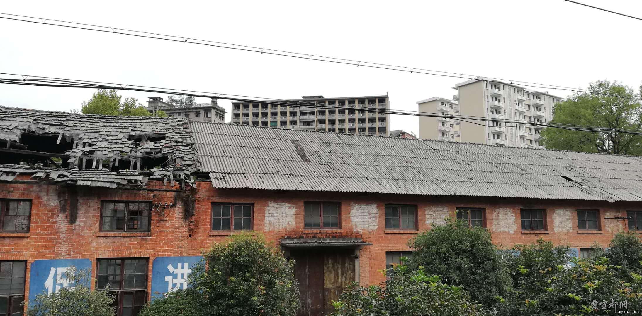 虽说翻新了一部分老楼,还是留有部分废弃老房