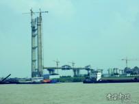 遠眺建設中的白洋長江大橋