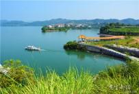 看不够湖光山色美,赏不尽春夏秋冬景。